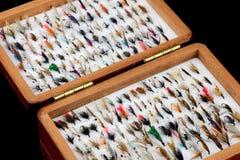 La pesca della trota vola in vecchia scatola di legno della mosca Fotografia Stock