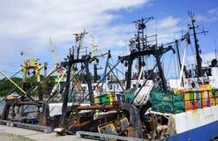 La pesca envía en el puerto de Liepaja, Letonia Foto de archivo