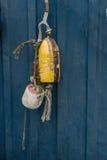 La pesca variopinta fa galleggiare l'attaccatura su una parete del contenitore del metallo Fotografia Stock Libera da Diritti