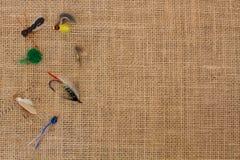 La pesca vuela en la arpillera foto de archivo
