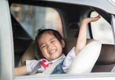 La petite écolière se sentant a extrêmement excité au sujet de retourner à l'école image stock