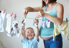La petite aide de la mère Photo libre de droits