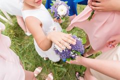 La petite amie douce de la jeune mariée vante ses anneaux aux amies adultes Photographie stock