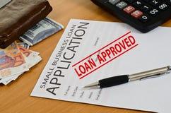 La petite application de prêt aux entreprises se trouve sur la table Photos libres de droits