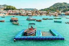 La petite baie du village de Yung Shue Wan sur l'île de Lamma en Hong Kong a rempli de bateaux des fisherfolks qui soutiennent le photo libre de droits