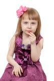 La petite belle fille mange de la confiture d'oranges Photos stock