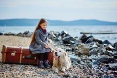 La petite belle fille marche sur la plage avec le chien, chien d'arrêt Images libres de droits