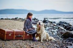 La petite belle fille marche sur la plage avec le chien, chien d'arrêt Image stock