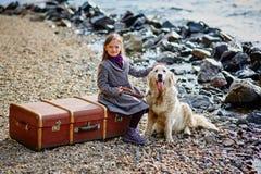 La petite belle fille marche sur la plage avec le chien, chien d'arrêt Images stock