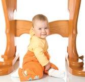 La petite chéri s'asseyant avec la table #7 a isolé Photos stock