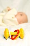 La petite chéri se trouve sur le bâti avec un jouet photo libre de droits