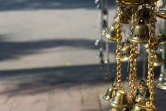 La petite cloche chanceuse d'or Image libre de droits