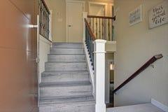 La petite conception de foyer revendique un escalier en bois gris images stock