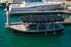 La petite embarcation de plaisance avec la couverture d'auvent a été vue près de l'île de Balboa image libre de droits