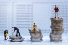La petite entreprise équipe des figures se tenant sur le tournant sur le carnet de banque Planification de la retraite images libres de droits