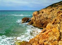 La petite falaise au-dessus de la mer Image libre de droits