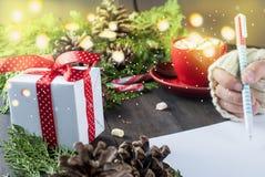 La petite fille écrit la lettre à Santa Claus Images libres de droits