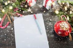 La petite fille écrit la lettre à Santa Claus Photos stock