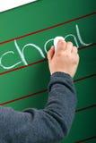 La petite fille écrit sur un panneau Photos libres de droits