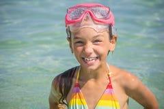 La petite fille a émergé dans le masque de plongée Photos libres de droits