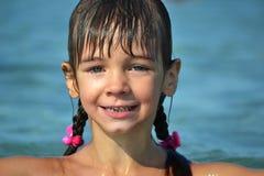 La petite fille émerge Image stock
