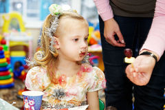 La petite fille a été souillée en chocolat Image libre de droits