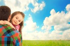 La petite fille étreint son père Image stock