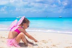 La petite fille adorable avec des ailes aiment le papillon dessus Photographie stock