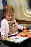La petite fille a affiché le livre Photographie stock