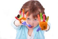 La petite fille affiche qu'hors fonction elle a coloré des mains Photographie stock