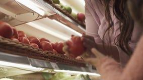 La petite fille aide des achats de maman au supermarché clips vidéos