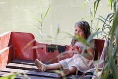 La petite fille aime passer le temps sur la rivière Photo stock