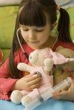 La petite fille aiment un docteur Photo libre de droits