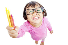La petite fille amicale offre le crayon photos libres de droits