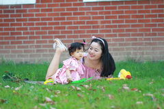 La petite fille apprécient le temps gratuit avec la mère, partie de famille Photos libres de droits
