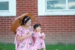 La petite fille apprécient le temps gratuit avec la mère, partie de famille Photo stock