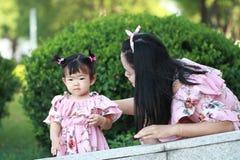 La petite fille apprécient le temps gratuit avec la mère, partie de famille Photographie stock libre de droits