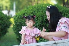 La petite fille apprécient le temps gratuit avec la mère, partie de famille Images stock