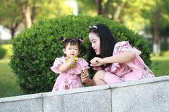 La petite fille apprécient le temps gratuit avec la mère, partie de famille Photographie stock