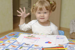 La petite fille apprend à Image libre de droits