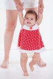 La petite fille apprend à marcher avec la maman photos stock