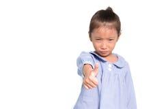 La petite fille asiatique a frustré poser le fond d'isolat sélectif Photos stock
