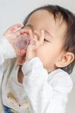 La petite fille asiatique prend le sirop de médecine seule image libre de droits