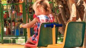 la petite fille avec des hairtails s'élève en haut et en bas de l'oscillation banque de vidéos