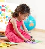 La petite fille avec des lettres Images libres de droits