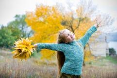 La petite fille avec des mains s'ouvrent Images libres de droits