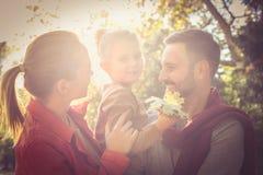 La petite fille avec des parents apprécient en nature Images libres de droits