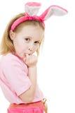 La petite fille avec des sembler roses de lapin d'oreilles blessés Image stock