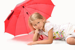 La petite fille avec du charme avec le parapluie rouge Image libre de droits