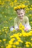 La petite fille avec la guirlande des fleurs Image libre de droits